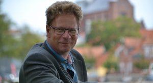 Mag.art. Jens Rasmussen. Uddannet på Musikvidenskab på Aarhus Universitet. Arbejder som musikunderviser, foredragsholder og freelance-skribent bl.a. på Jazz Special og Orkester Journalen.