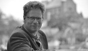 Mag.art. Jens Rasmussen f. 1964. Musikunderviser, foredragsholder, skribent. Beskæftiger sig med musikanalyse, musikteori, opera, jazzmusik og den klassiske musiks historie.